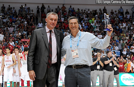 FIBA Europe Secretary General Kamil Novak presents TBF Secretary General Celal Arisan with an award for the event organisation