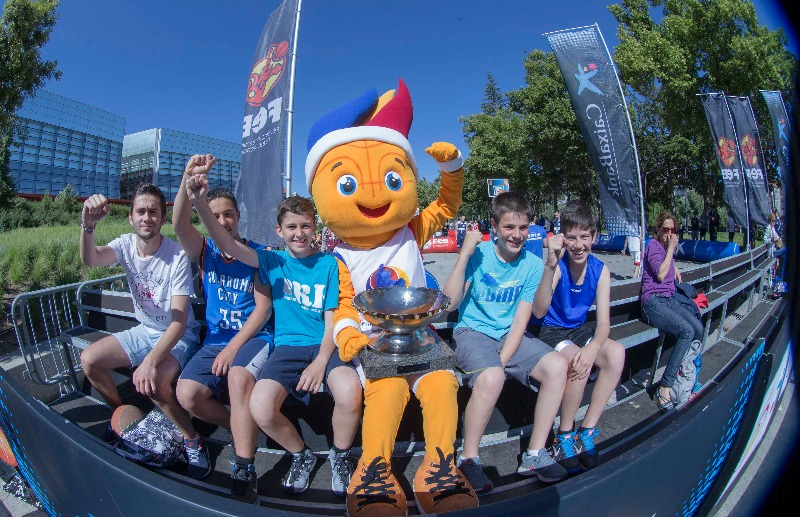 Frenkie, the EuroBasket Trophy and participants in the Plaza 3x3 Tour in Burgos