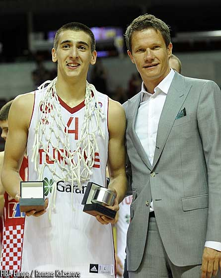 Kenan Sipahi (Turkey) with the Latvia Basketball Federation Secretary General Edgards Sneps