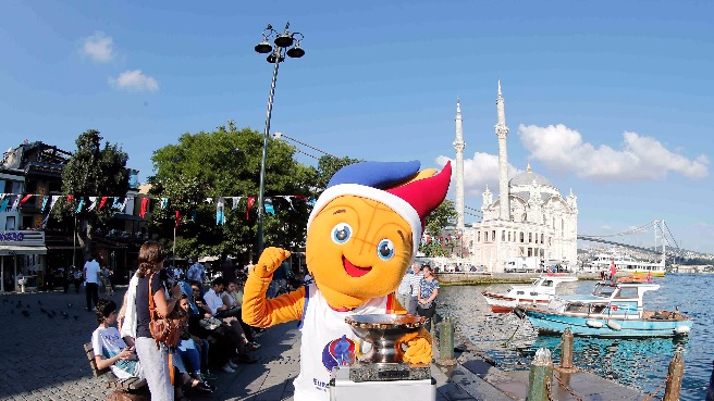Frenkie and the EuroBasket 2015 Trophy in Istanbul