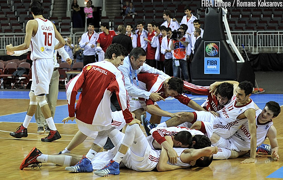 Turkey celebrate their final victory in front of the Turkish U16 national team
