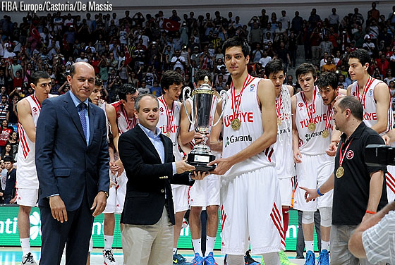 FIBA Europe President Turgay Demirel and Akif Cagatay Kilic, Minister of Youth and Sports, present Turkey with the championship trophy